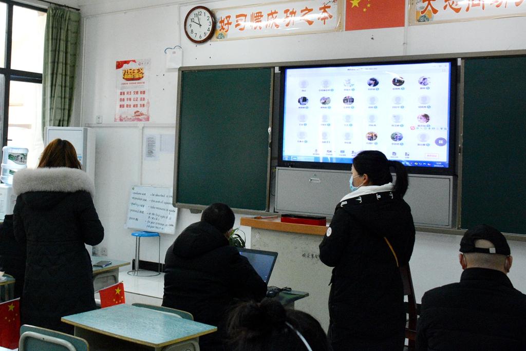 市教育局杨松林局长来校调研延期开学的线上授课工作